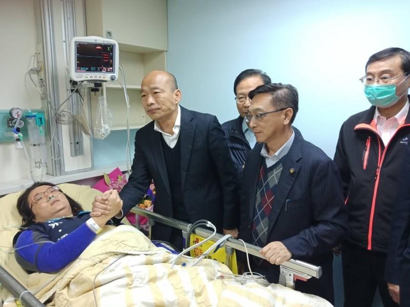 國民黨總統候選人韓國瑜(左二)昨天到台大醫院探視立委陳玉珍(左一)(資料照,國民黨團提供)