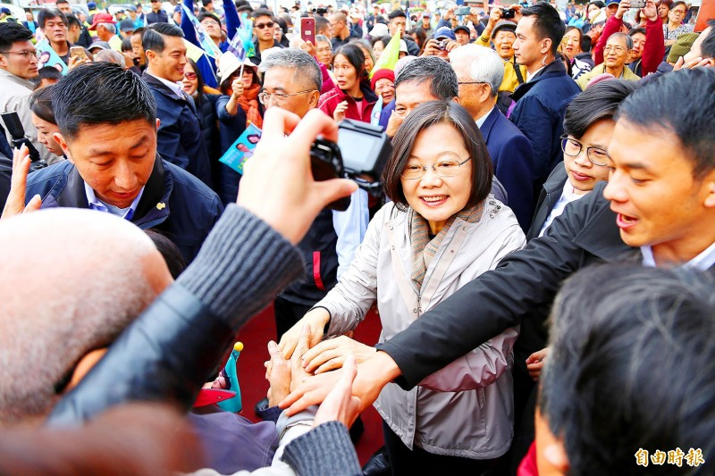 President Tsai Ing-wen, center, meets with supporters in Pingtung County yesterday. Photo: Chiu Chih-jou, Taipei Times