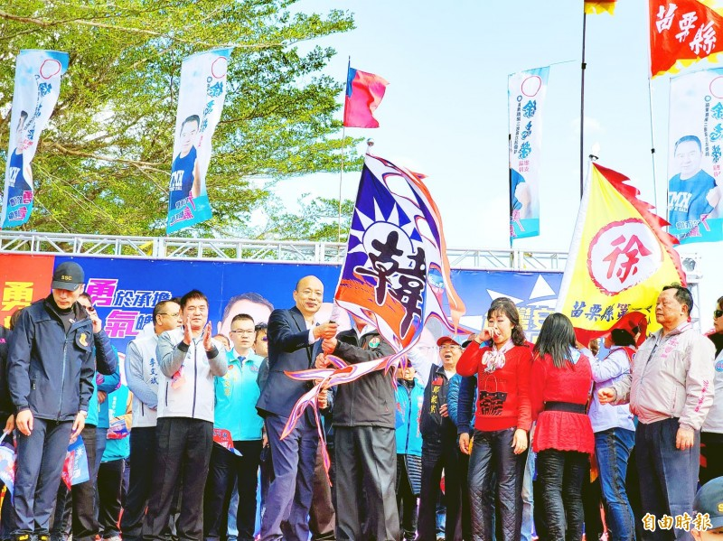Kaohsiung Mayor Han Kuo-yu, center, front row, the Chinese Nationalist Party's (KMT) presidential candidate, waves a flag bearing his family name at a campaign rally in Miaoli County yesterday. Photo: Tsai Cheng-min, Taipei Times