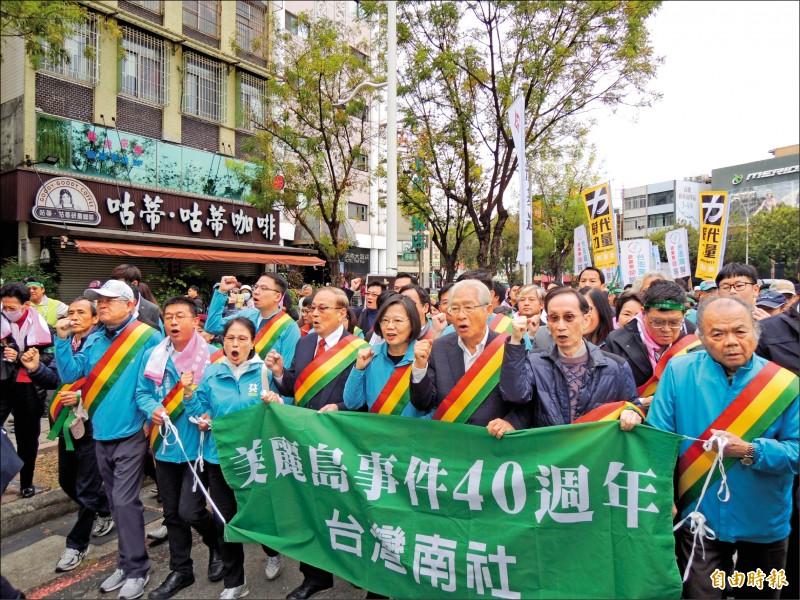 紀念美麗島事件四十週年,「守民主、護台灣祈禱會暨遊行」昨在高雄登場,蔡英文總統特地調整行程,隨隊伍步行。(記者王榮祥攝)