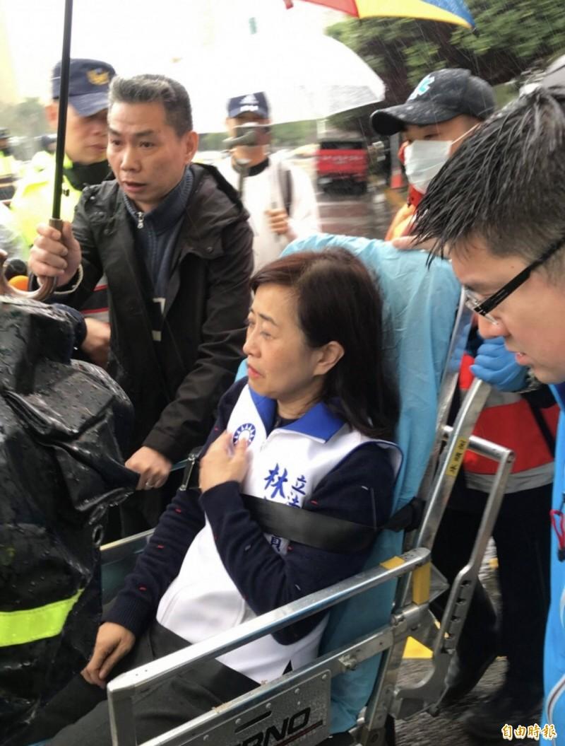 藍委林奕華受傷坐輪椅送重症區。(資料照)