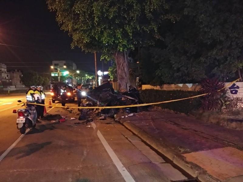 高雄鳥松區發生死亡車禍,兄弟工作後返家撞樹雙雙殞命。(記者洪臣宏翻攝)