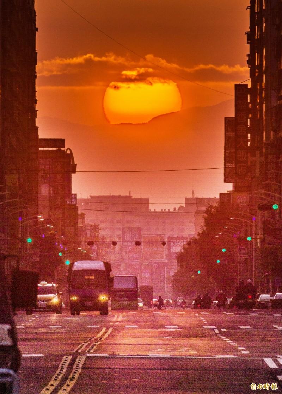 火紅的太陽緩緩從從大武山竄出後,旭日光芒就灑滿街道。(記者張忠義攝)