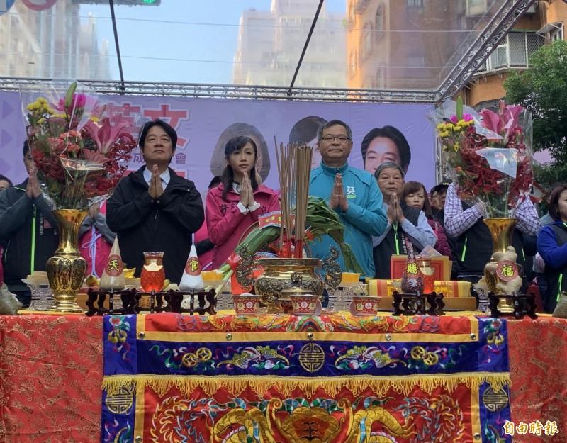 民進黨副總統候選人賴清德(左一)上午出席黨籍立委候選人許淑華(中)競選總部成立祈福儀式。(記者沈佩瑤攝)