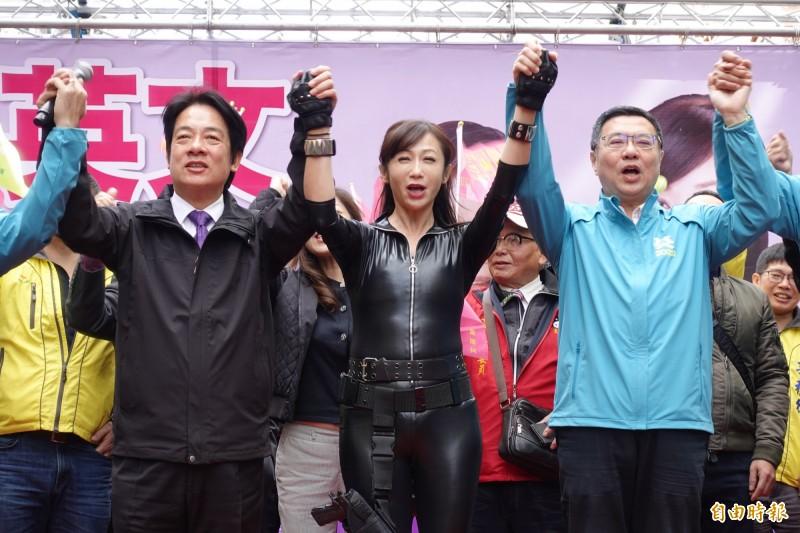 民進黨副總統候選人賴清德(左一)、黨主席卓榮泰(右一)上午出席第一選區立委候選人許淑華(中)競選總部成立大會。(記者沈佩瑤攝)