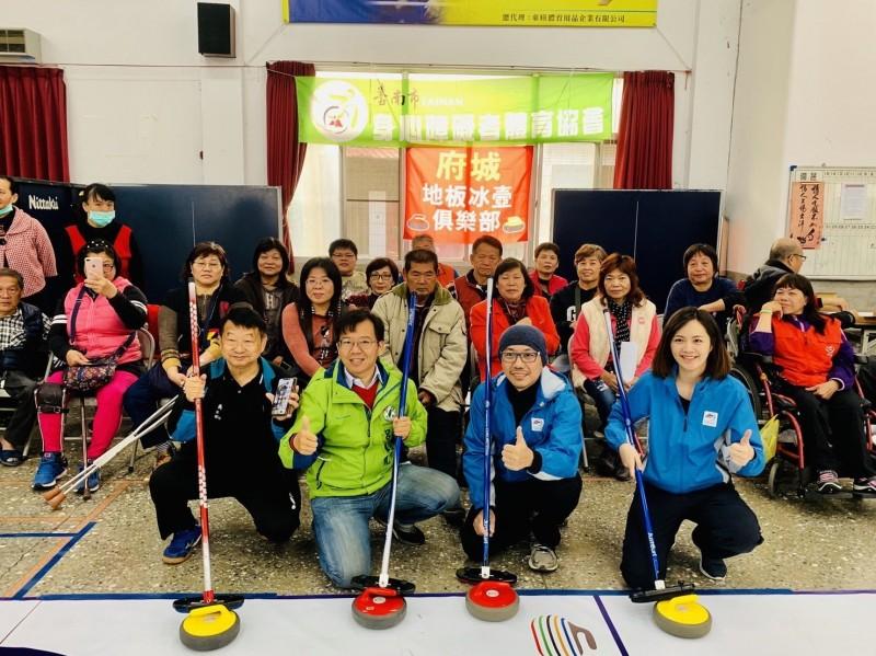 台南市身心障礙者體育協會成立「府城地板冰壺俱樂部球隊」。(呂維胤提供)