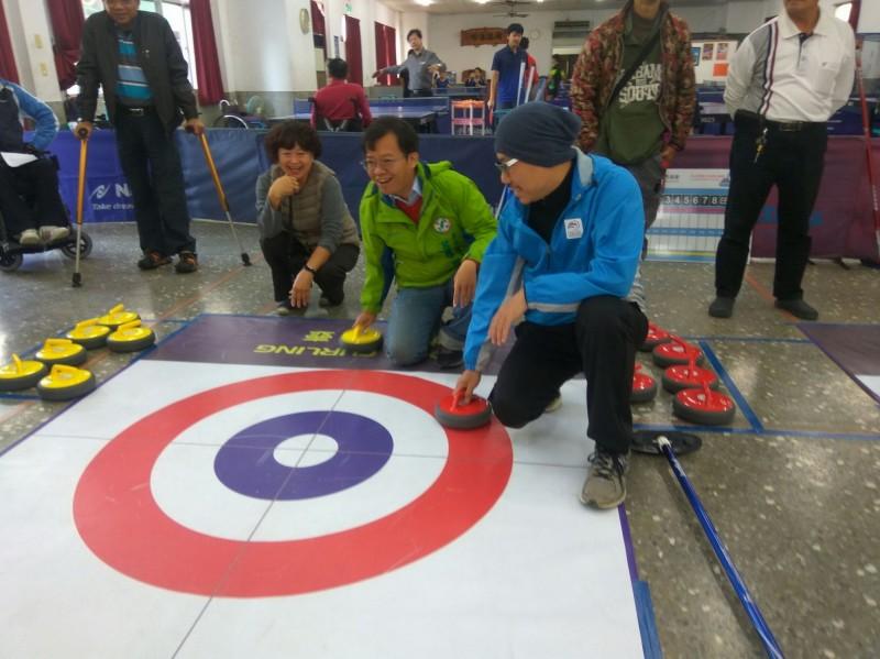 冰壺運動近幾年才引進台灣,改良成限制較低的地板冰壺運動,門檻低且老少咸宜。(呂維胤提供)