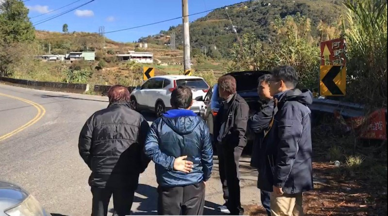 劉姓死者的親友今天重回車禍現場了解狀況。(圖由民眾提供)