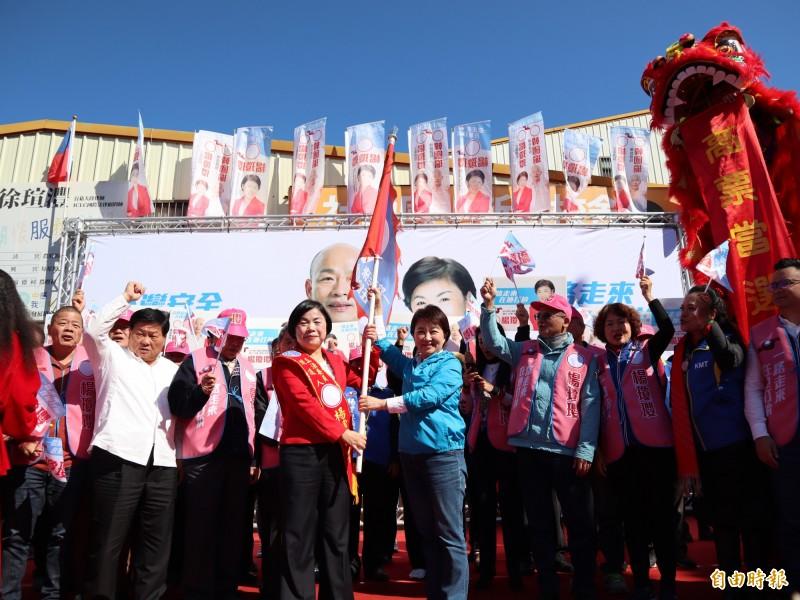 台中市長盧秀燕為楊瓊瓔授旗。(記者歐素美攝)