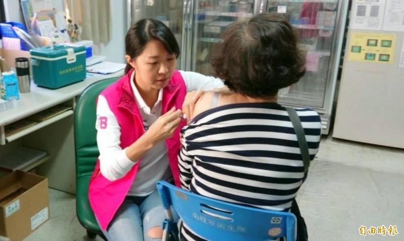 南投縣13鄉鎮市衛生所8日停休,忙著幫符合公費流感疫苗的長輩接種。(記者謝介裕攝)