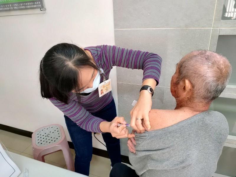 民眾施打流感疫苗。(衛生局提供)