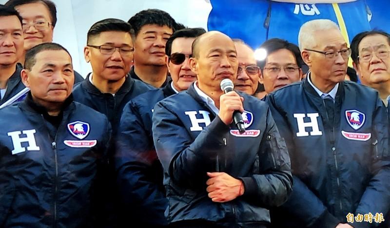 國民黨總統候選人韓國瑜在新北聯合造勢上,正式宣布前新北市長朱立倫為競總主委。(記者許麗娟攝)