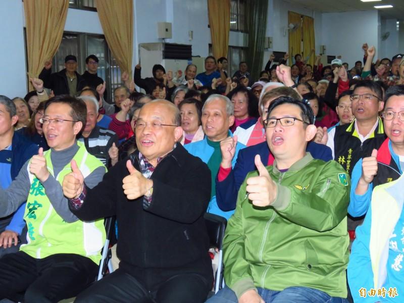 行政院長蘇貞昌今天為子弟兵張宏陸(左一)站台。(記者陳心瑜攝)