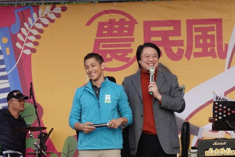 林右昌說,他第一次選舉穿破6雙鞋,吳怡農應該兩雙就夠了。(記者蔡思培攝)
