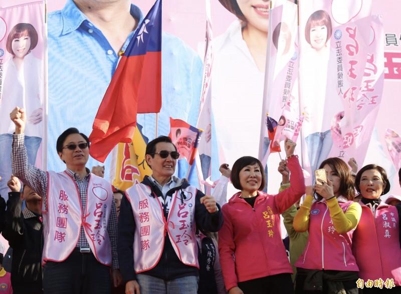 呂玉玲(右3)成立平鎮競選總部,前總統馬英九(左2)、副總統候選人張善政(左1)等人站台。(記者李容萍攝)