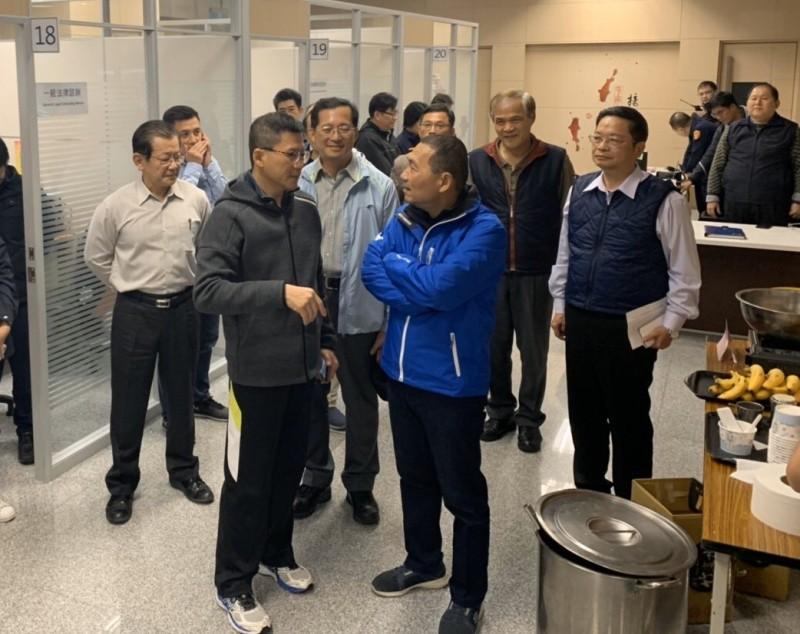 新北市長侯友宜(中)今天下午與國民黨總統候選人韓國瑜短暫合體後,隨即返回市府,巡視耶誕城指揮中心與應變中心。(新北市政府提供)