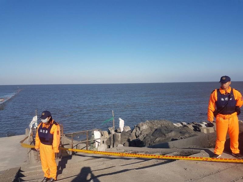 彰化大城北堤水門發現可疑麻布袋,海巡人員拉起封鎖線制現場。(記者陳冠備翻攝)