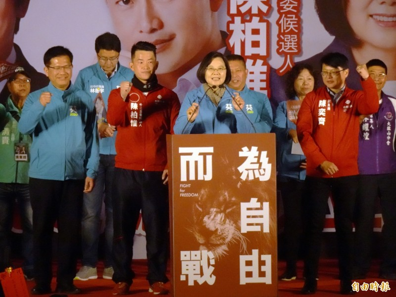 總統蔡英文(前排右2)、台灣基進黨主席陳奕齊(前排右1)等人為台中市第2選區立委候選人陳柏惟(前排左2)站台。(記者張菁雅攝)