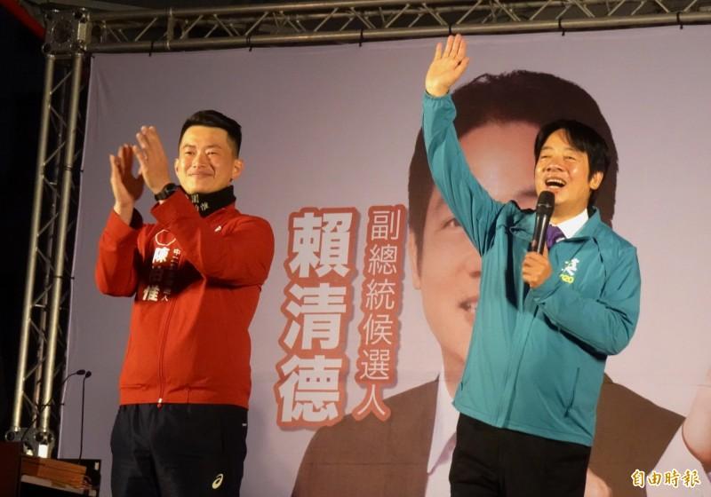 民進黨副總統候選人賴清德(右)稱讚台中市立委候選人陳柏惟有智慧、有勇氣。(記者張菁雅攝)