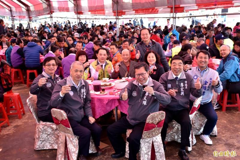 鄭文燦等人參加壓軸的「仙草千人宴」,與幸運搶到認桌民眾開心開吃仙草特色料理。(記者李容萍攝)