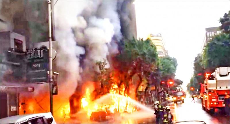 台北市林森北路「和益金銀」住商大樓一樓的「林森四面佛梵天分舍」,昨上午遭雨衣男縱火,3間店面焚毀,並波及11輛機車。(記者劉慶侯翻攝)