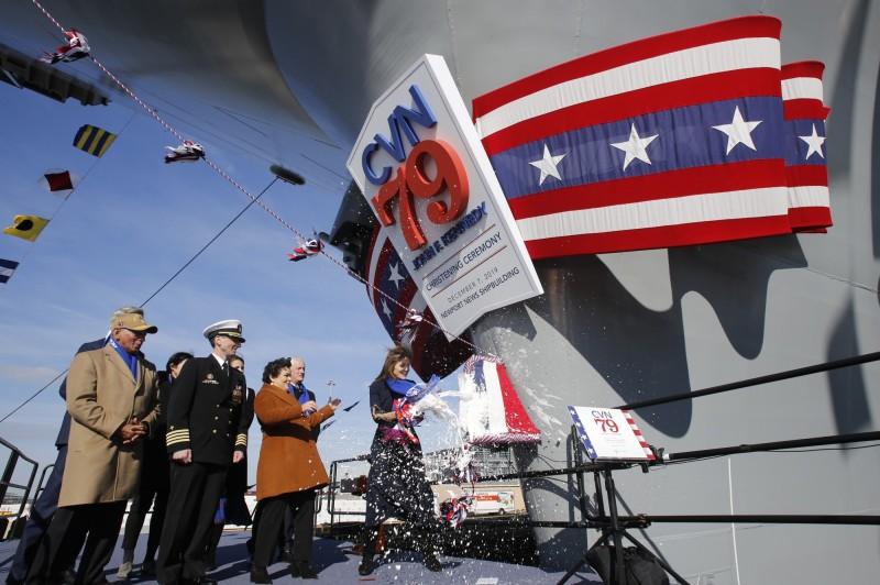 卡洛琳·甘迺迪在船頭敲碎香檳,完成命名儀式。(美聯社)