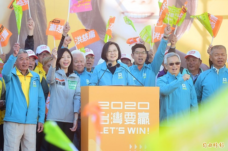 President Tsai Ing-wen speaks at a campaign rally in support of independent legislative candidate Hung Tzu-yung, front second left, in Taichung yesterday. Photo: Liao Yao-tung, Taipei Times