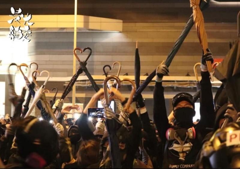 眾多香港市民在金鐘以雨傘握把排成心形。(圖取自浸大學生會編委專頁)