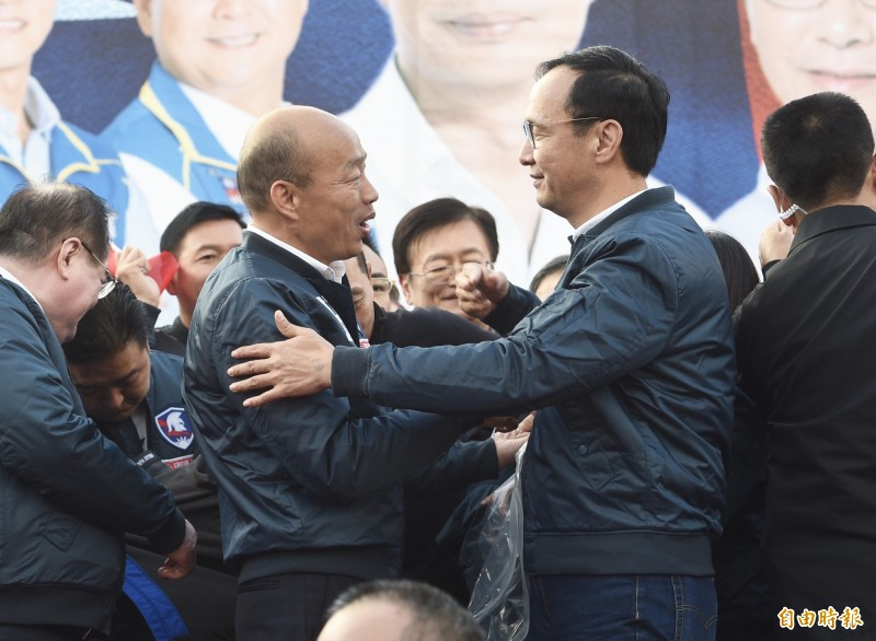 國民黨總統候選人韓國瑜(前排左)8日舉辦「新北市競選總部成立造勢大會」,當眾宣布前新北市長朱立倫(前排右)出任全國競選主委。(記者羅沛德攝)