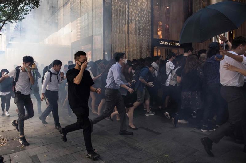 《刺胳針》社論指出,在香港這個人口稠密的城市,催淚彈被廣泛使用,使人們愈加擔心暴露在化學危害之中。(法新社)