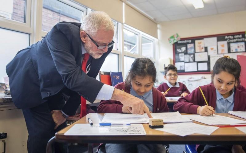 英國父母砸重金投資小孩課業,示意圖。(美聯社)