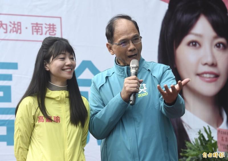 民進黨立委候選人高嘉瑜(左)競選總部8日成立,前行政院長游錫堃(右)到場站台祝高票當選。(記者簡榮豐攝)