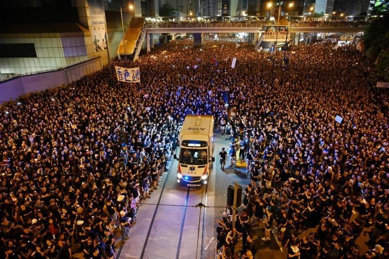 香港6月的反送中遊行,就曾發生過救護車經過遊行隊伍,抗爭人士主動讓道的事情。(法新社檔案照)