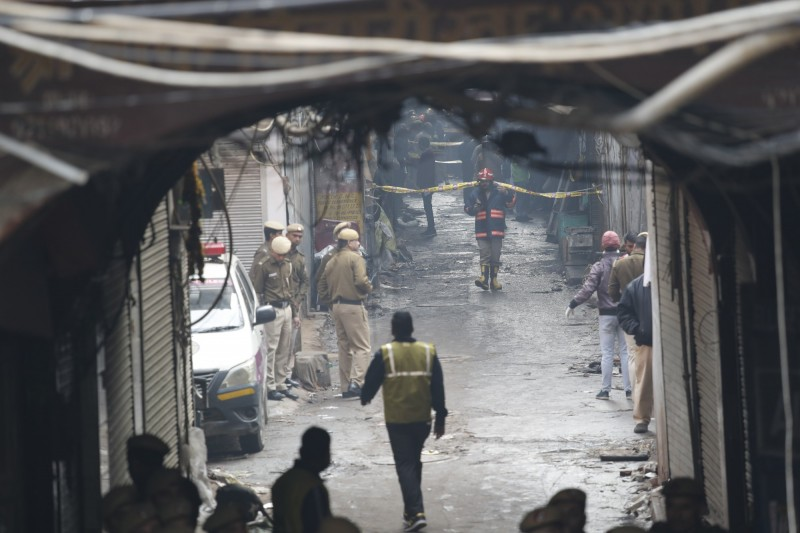 新德里Anaj Mandi地區一家工廠火警造成嚴重傷亡。(美聯社)