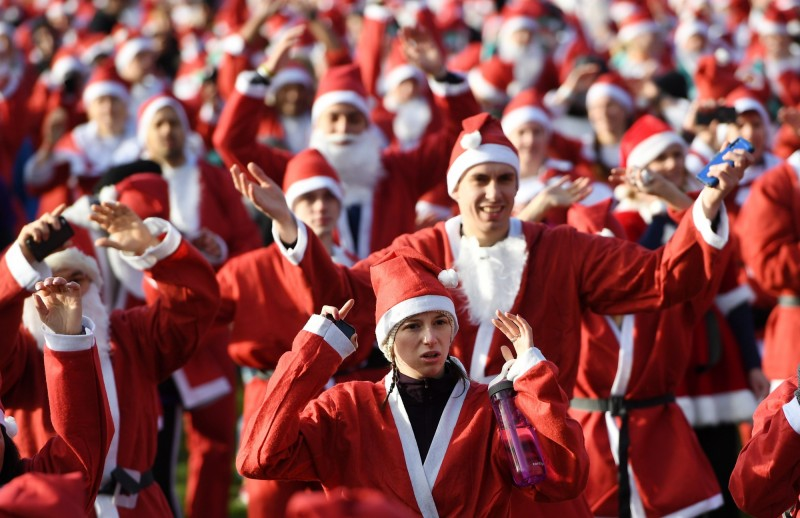 英國倫敦的年度耶誕路跑,上千民眾穿著耶誕裝參與。(歐新社)