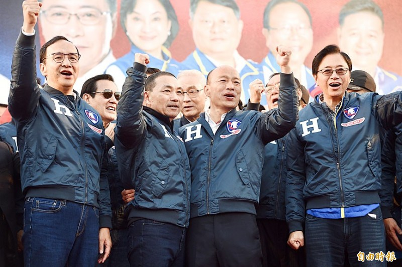 From left, former New Taipei City mayor Eric Chu, former president Ma Ying-jeou, New Taipei City Mayor Hou You-yi, Chinese Nationalist Party (KMT) Chairman Wu Den-yih, Kaohsiung Mayor Han Kuo-yu and KMT vice presidential candidate Simon Chang yesterday cheer at the opening of Han's New Taipei City campaign office. Photo: Peter Lo, Taipei Times