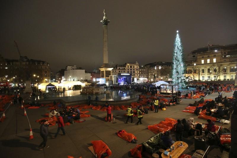 「世界大外宿」活動在全球各國進行,旨在為無家者集資,並喚起政府的關注。圖為倫敦特拉法加廣場(Trafalgar Square)。(美聯社)
