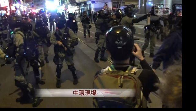 中環現場員警持有MP5衝鋒槍戒備。(圖擷取自RTHK直播)