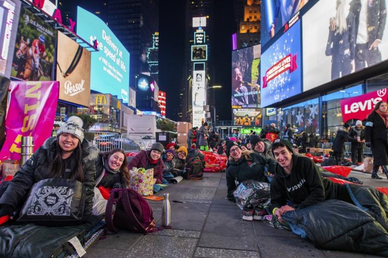 「世界大外宿」活動在全球各國進行,旨在為無家者集資,並喚起政府的關注。圖為紐約時代廣場(Times Square)。(美聯社)