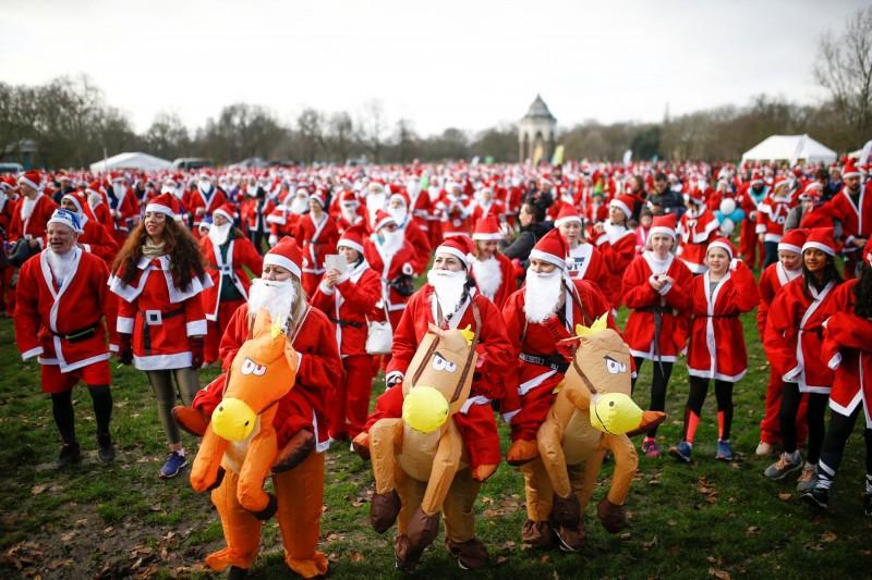 參加耶誕路跑的民眾精心打扮。(路透)