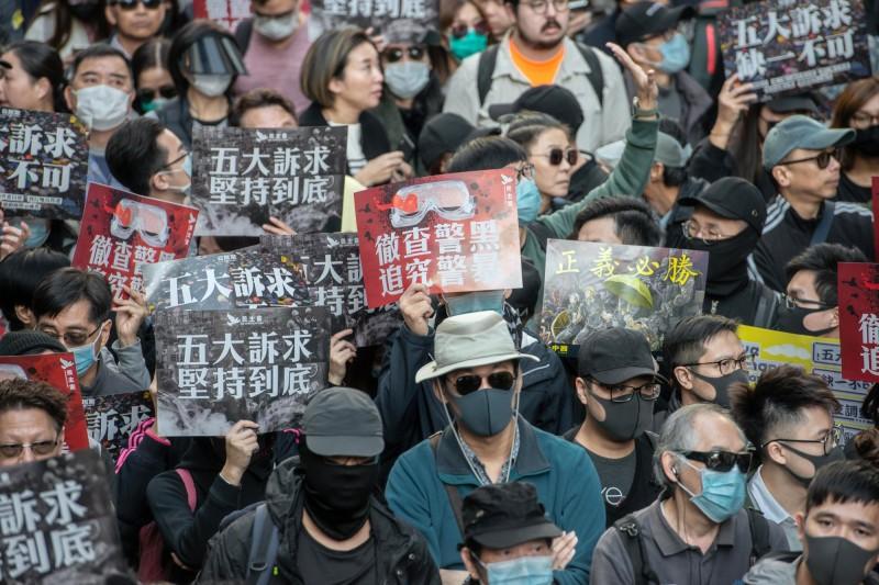 紐約時報報導,已有200多名年輕人示威者逃往台灣。圖為港人今再度上街頭遊行。(彭博)