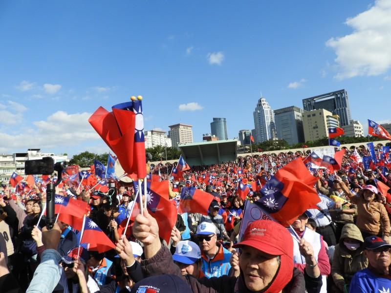 韓國瑜今日在新北板橋造勢,主辦單位下午4時宣布現場人數為8萬人。(記者賴筱桐攝)