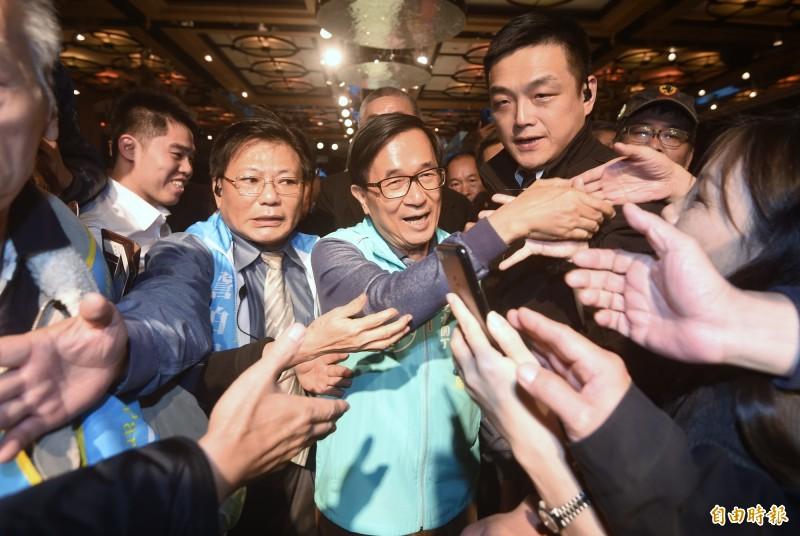 前總統陳水扁8日出席一邊一國行動黨募款餐會,並向支持者握手致意。(記者方賓照攝)