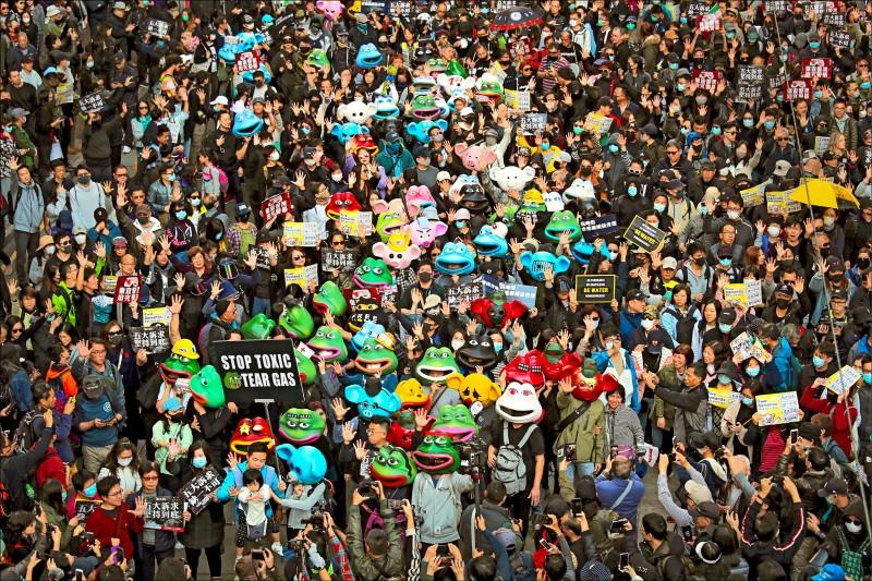 香港民陣八日舉辦「守護香港.和你同行」國際人權日大遊行,遊行隊伍下午三時從銅鑼灣維多利亞公園出發,示威者頭戴玻璃纖維製佩佩蛙及連登豬面具,手持「五大訴求,缺一不可」標語,捍衛反送中運動精神。(美聯社)