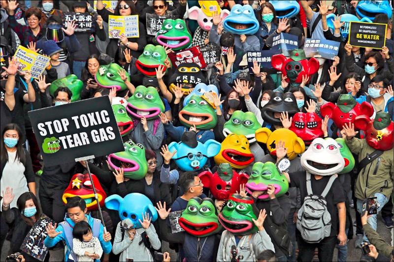 一○八名示威者頭戴玻璃纖維製佩佩蛙及連登豬面具,象徵港人在「反送中」運動中的遭遇。(美聯社)
