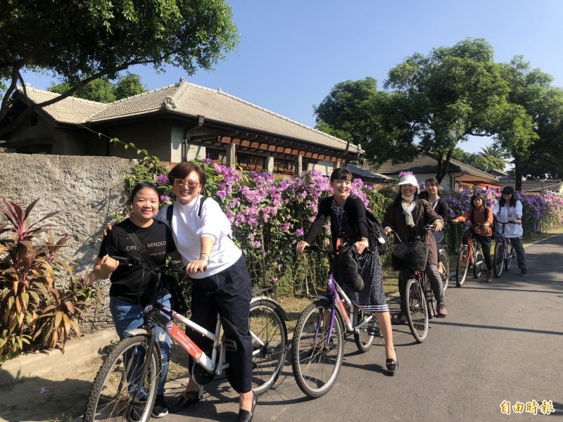 日本大阪教育大學藝術類科教師群和學生走訪屏東眷村。(記者羅欣貞攝)