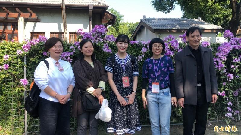 日籍老師渡邊美香(左二)、新井馨(左一)看到勝利星村的日式眷舍群直呼「好親切」。(記者羅欣貞攝)