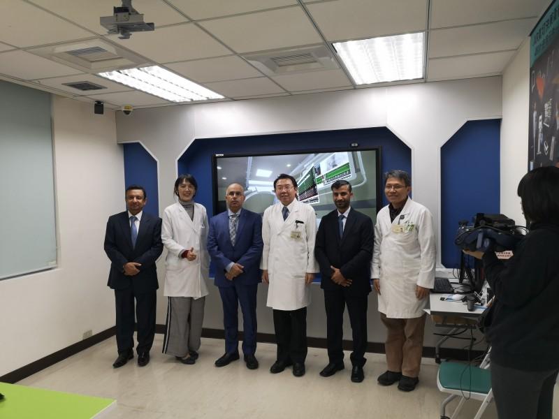 北榮醫企部主任李偉強(右3)帶領阿曼醫學專業委員會Dr.Sabti(左3)等人參訪台灣醫療。(北榮提供)