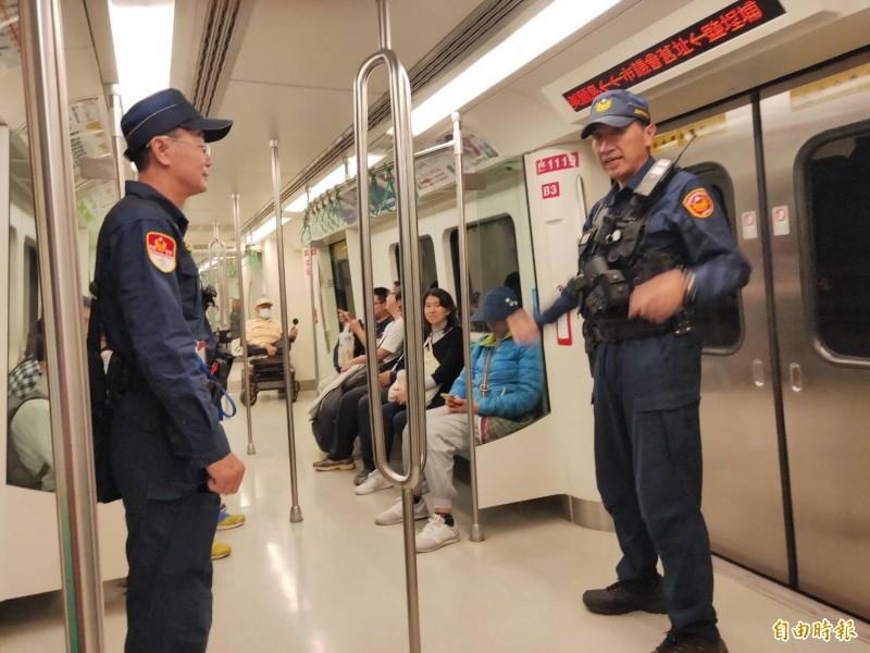 挺韓、罷韓同日PK,美麗島捷運站恐劍拔弩張,21日每班捷運進駐2警荷槍實彈,並由特警進駐守住捷運出入口。(記者黃良傑攝)
