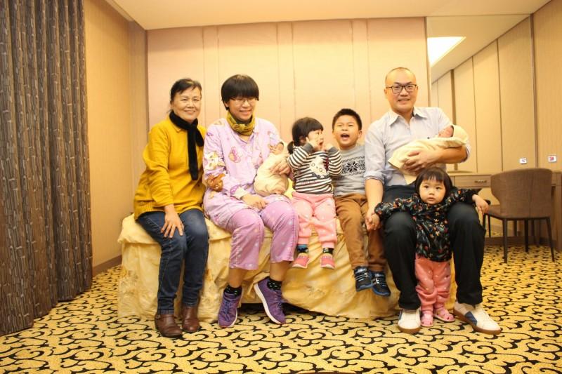 36歲賈姓婦人(左2)婚後5年連生5個孩子,一圓從小希望有兄弟姊妹的心願。(記者蘇福男翻攝)